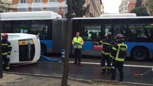 Tres heridos leves tras volcar un taxi en la Castellana