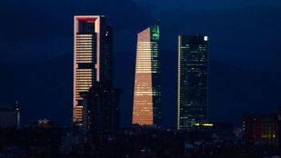 Las cuatro torres encienden sus luces tras el atardecer.