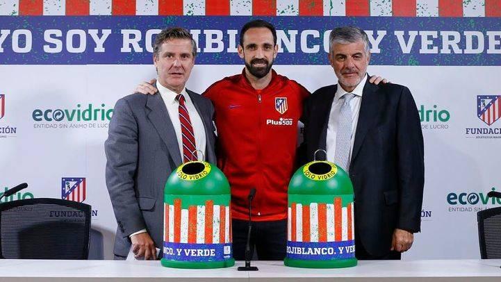 El Atlético de Madrid anima a reciclar vidrio en minicontenedores rojiblancos