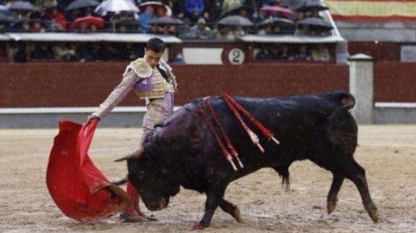 El toreo de verdad y calidad de Paco Ureña cala más que la lluvia