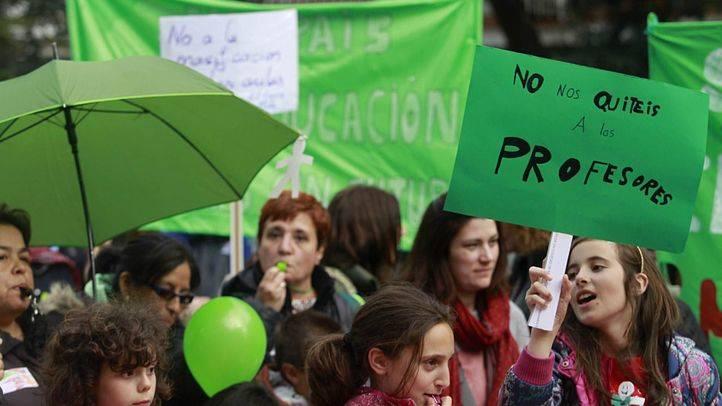 Varios centenares de padres, madres, alumnos y profesores se han manifestado a las puertas del Ayuntamiento de Alcorcón para pedir más recursos y aulas para la escuela infantil pública.