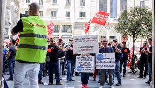 Trabajadores de Unipapel protestan en Gran Vía ante la amenaza de 300 despidos