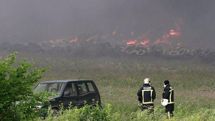 Incendio en el cenenterio de neumáticos de Seseña que ha provocado una gran columna de humo. (Archivo)