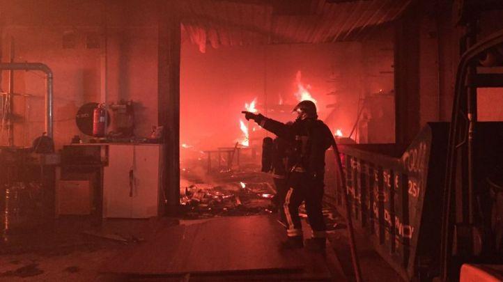 Fuego en una nave industrial de Velilla