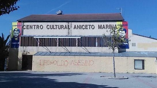 Pintadas de 'asesino' para recibir al padre de Leopoldo López en Brunete