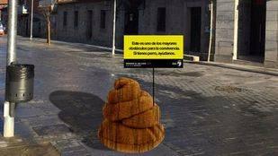 Una caca andante de tres metros: la irreverente campaña de Torrelodones sobre heces caninas