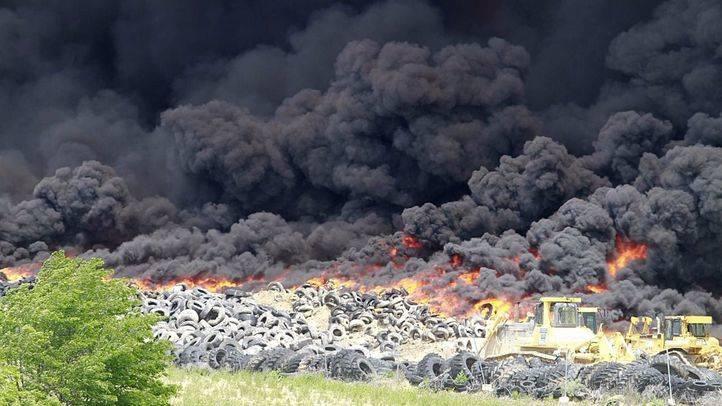 Incendio en el cementerio de neumáticos de Seseña. (Archivo)