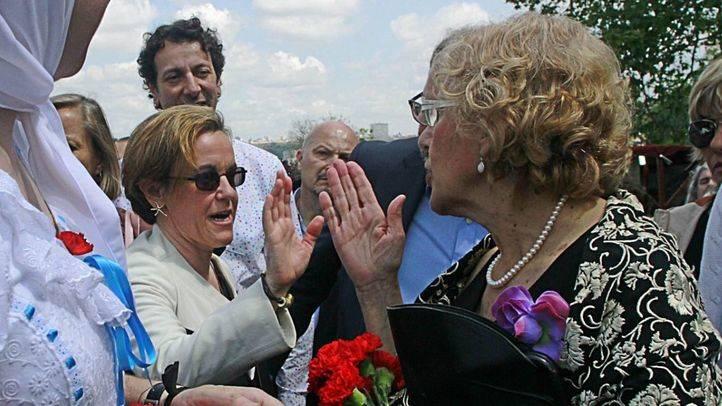 Manuela Carmena y Puri Causapié se saludan en San Isidro (archivo)