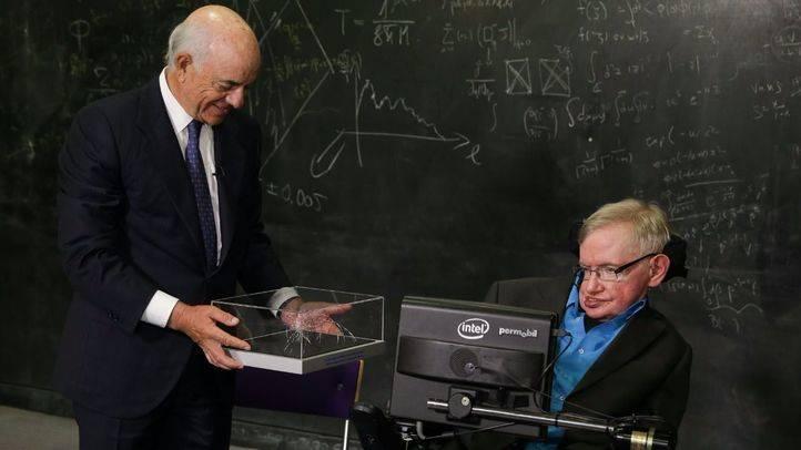 El presidente de la Fundación BBVA entrega en Cambridge el premio Fronteras del Conocimiento en Ciencias Básicas a Stephen Hawking