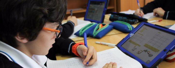 Alumnos del Eurocolegio Casvi usando una tableta digital