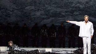 'Moisés y Aarón', ópera con toro incluido, no decepciona en su estreno