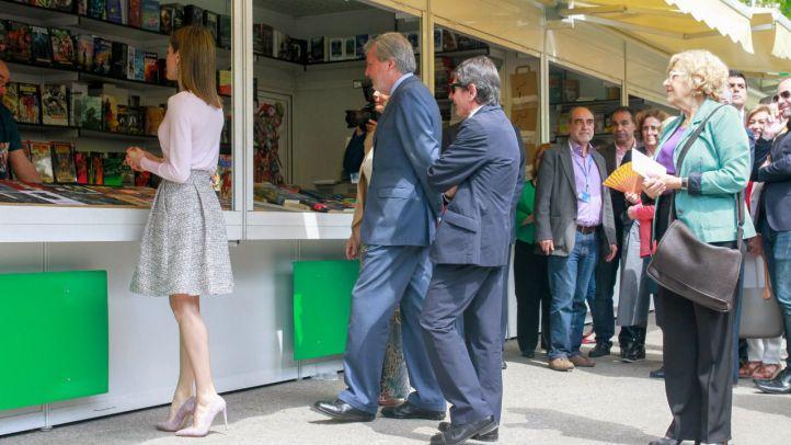 La reina inaugura la Feria del Libro comprando un cómic de Alan Moore
