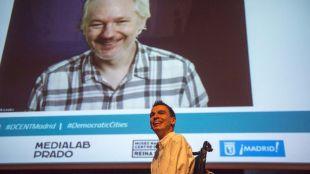 Assange alaba el 15-M por haber metido