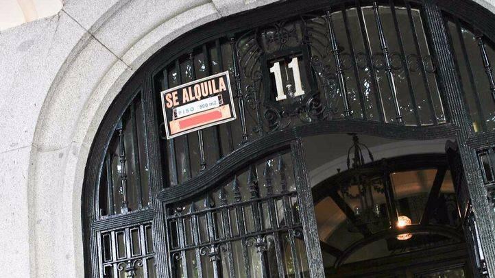 Cartel de Se alquila piso de 500 metros cuadrados en la plaza del Marqués de Salamanca. (Archivo)