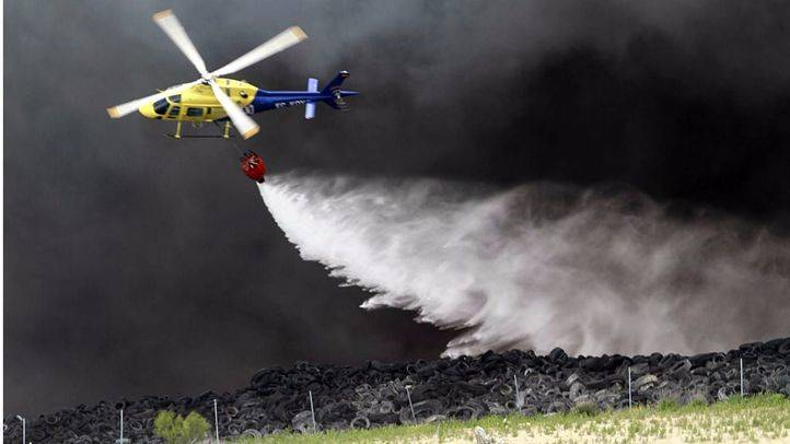 Los bomberos remueven la tierra para conseguir la extinción total del fuego de Seseña