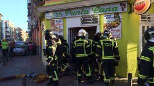 Los bomberos entran en el bar donde se ha producido la explosión