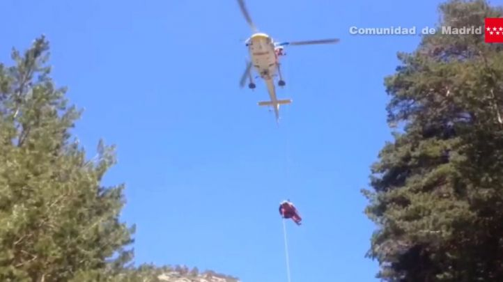 Momento en el que el GERA rescata a una mujer de unos 40 años que se fracturó la pierna en una pista forestal en Cercedilla
