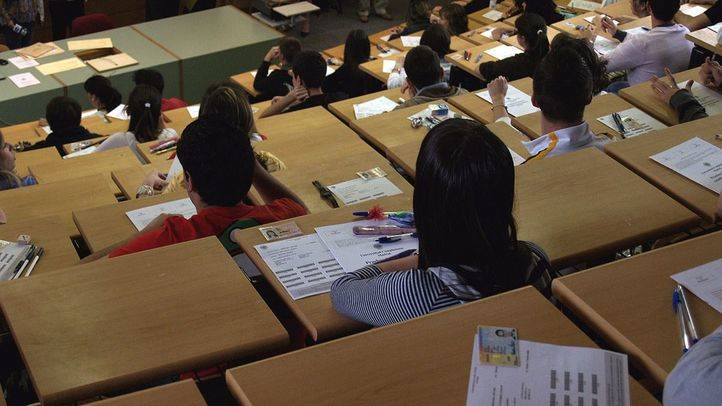 Estudiantes esperan comienzo examen Selectividad (Archivo)