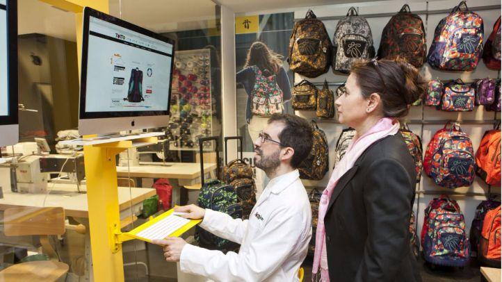 El Corte Inglés inaugura el primer espacio europeo para personalizar mochilas