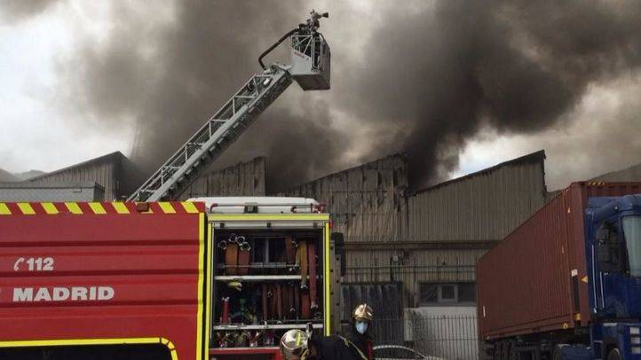 Un fuego devora media docena de naves industriales de Alcalá
