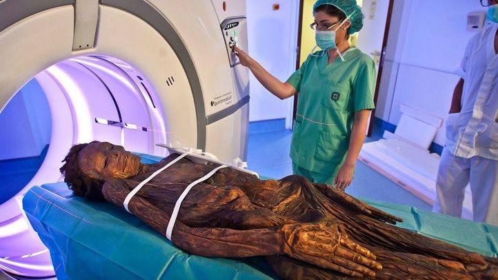 Las momias del Arqueológico se hacen un TAC en el Hospital Quirón