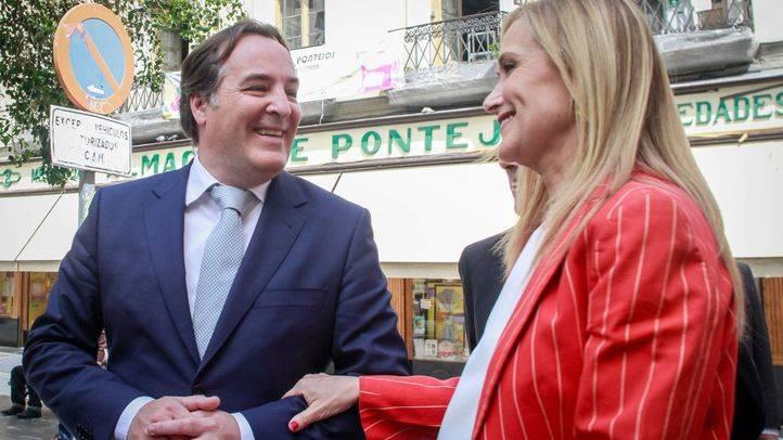 Cristina Cifuentes y Jaime González Taboada durante un acto en la plaza de Pontejos.