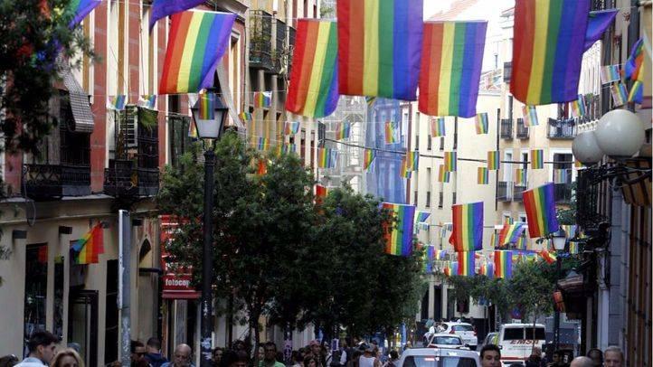 Arcópoli pide que se pinten los pasos de cebra y se ice la bandera arcoíris en los Ayuntamientos