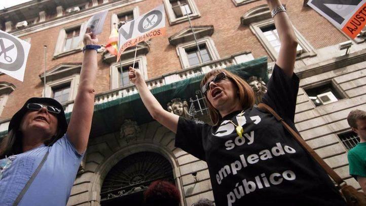 Los funcionarios se concentran este jueves delante de 29 Ayuntamientos para la devolución de la paga extra