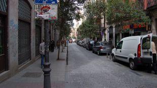 La calle Pez se viste de azul para celebrar sus fiestas populares