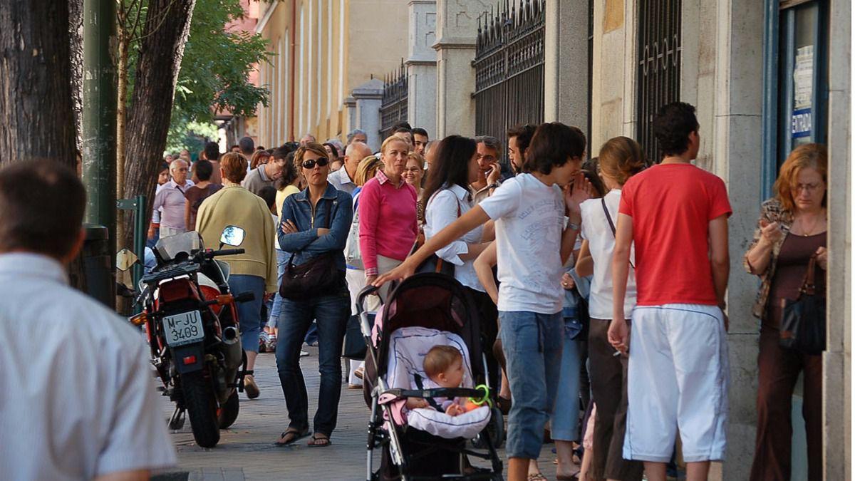 La polic a refuerza las oficinas de expedici n de dni y for Oficinas pasaporte madrid