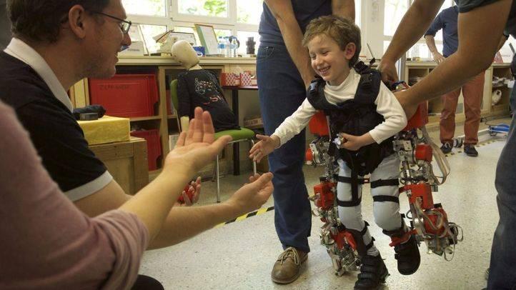 Crean el primer exoesqueleto del mundo para niños con atrofia muscular espinal