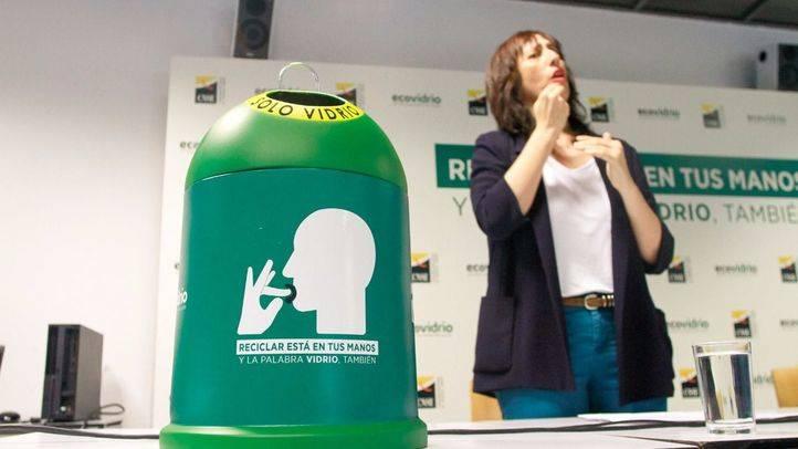 Concha Díaz, presidenta de la Confederación Estatal de Personas Sordas (CNSE) en la presentación del proyecto junto a Ecovidrio.