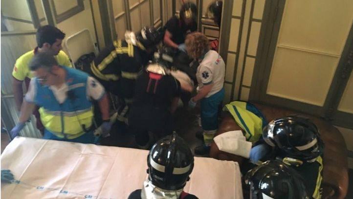 Rescatan a un trabajador que había caído por el hueco de un ascensor.