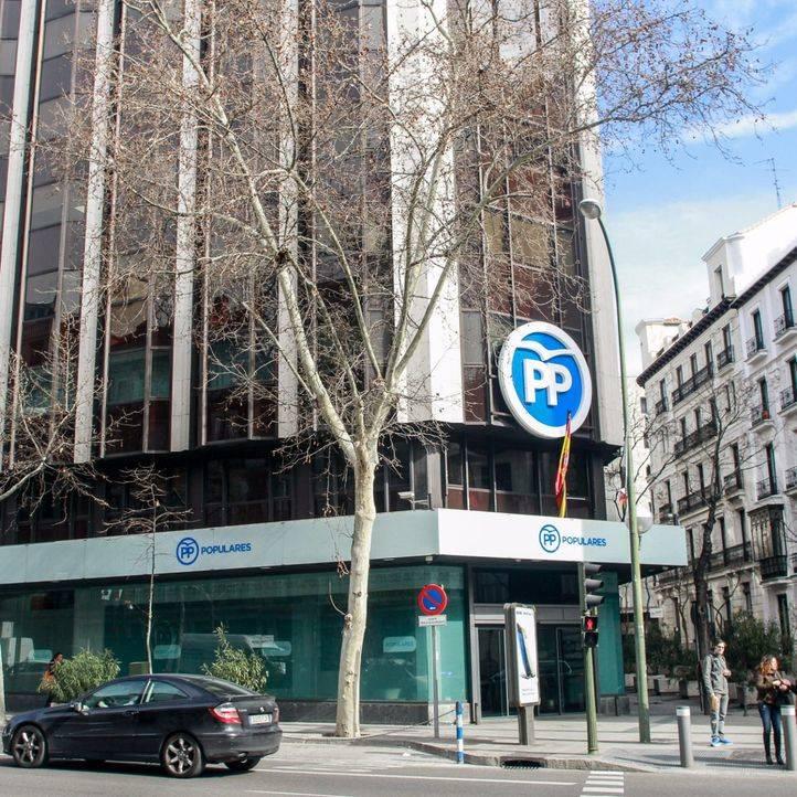 El PP denuncia a Unidos Podemos por pegar carteles en lugares no autorizados en Alcorcón