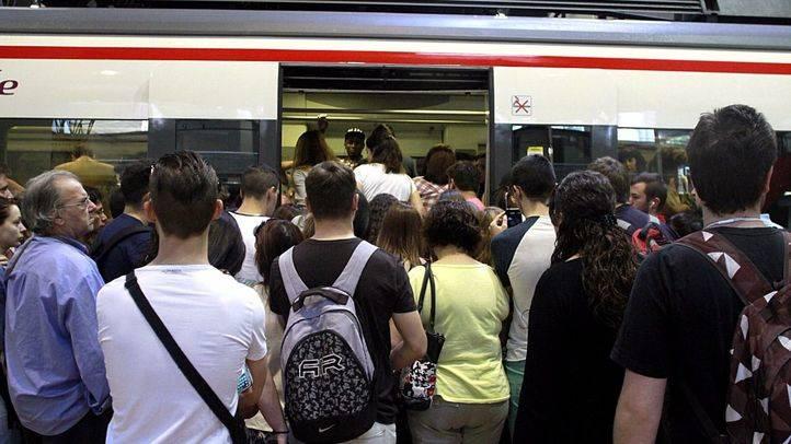 Los viajeros se agolpan a las puertas de un vagón de Renfe en el día de los paros