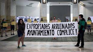 La PAH realiza una performance para que el Ayuntamiento revise la política de expropiaciones