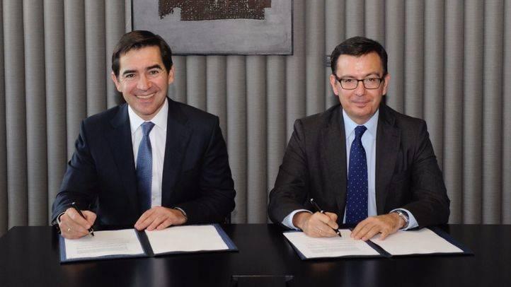 Carlos Torres Vila y Román Escolano, en la firma del acuerdo.