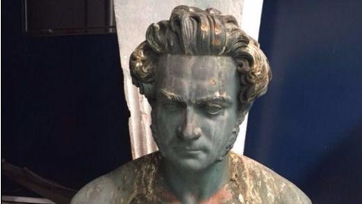 Hallan caído el busto del Marqués Viudo de Pontejos debido a un acto vandálico