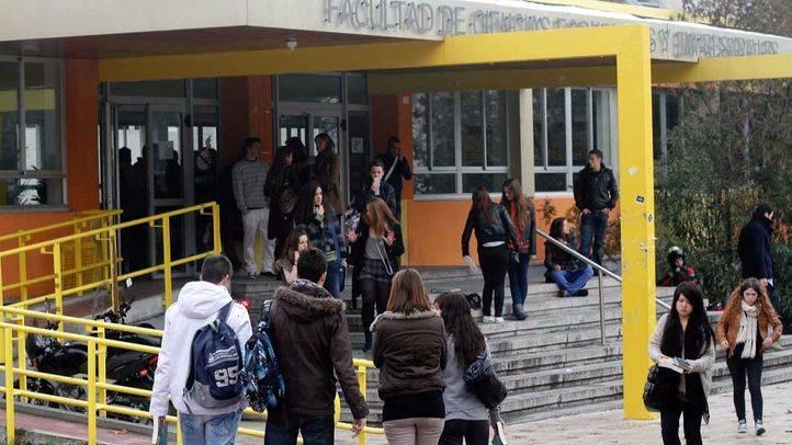 Estudiantes universitarios a la entrada de la facultad. (Archivo)