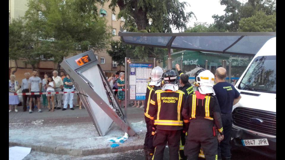 Una furgoneta arrolla a cuatro personas en una marquesina