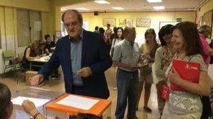 Ángel Gabilondo vota en su colegio electoral