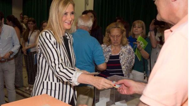 Cristina Cifuentes vota en su colegio electoral