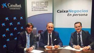 Xavier López, director Negocio Comercios de CaixaBank Consumer Finance; José Prat, secretario general de FECE; y Juan Capilla, director de Banca Retail de la Dirección Territorial de CaixaBank en Madrid