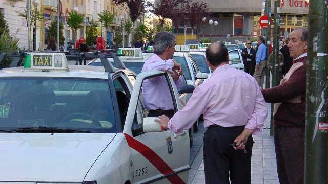 El Ayuntamiento aprueba un plan para mejorar el servicio del taxi