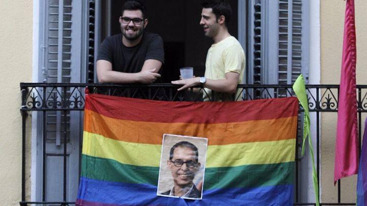 Una foto de Pedro Zerolo decora una bandera arcoiris en un balcón de la pza de Chueca. (Archivo)