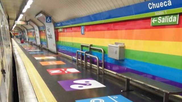 El metro de Chueca se viste con los colores del arcoíris