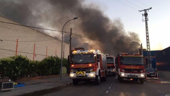 Un fuego arrasa varias naves industriales en Alcalá
