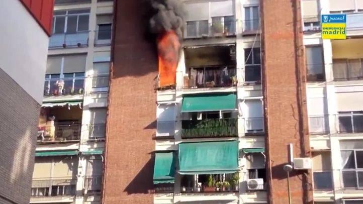Incendio en el número 76 de la calle Elfo, en el distrito de Ciudad Lineal