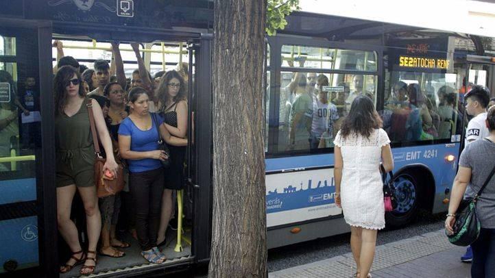 Autobús lleno el pasado lunes (Archivo)