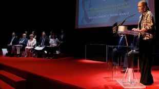 Cifuentes dando su discurso durante la entrega de los Premios de Investigación de la Comunidad de Madrid Julián Marías y Miguel Catalán.